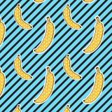 As bananas modelam no fundo das listras Teste padrão sem emenda Cor do pop art Textura da cópia Projeto da tela Foto de Stock Royalty Free