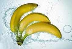 As bananas molham o respingo imagem de stock royalty free