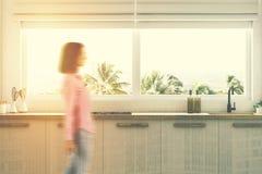 As bancadas brancas da cozinha fecham-se acima, mulher Foto de Stock Royalty Free