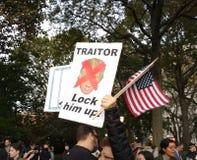 As bandeiras americanas, travam-no acima! Traidor, reunião contra o trunfo, Washington Square Park, NYC, NY, EUA Imagens de Stock Royalty Free