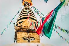 As bandeiras budistas da oração penduraram em uma corda amarrada a uma abóbada do templo fotos de stock royalty free