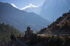 As bandeiras budistas do gompa e da oração no Himalaya variam, região de Annapurna, Nepal Imagens de Stock