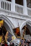 As bandeiras cerimoniais no ` s de St Mark esquadram durante a cerimônia de Maria do delle de Festa Carnaval de Veneza, Ital imagem de stock