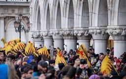As bandeiras cerimoniais no ` s de St Mark esquadram durante a cerimônia de Maria do delle de Festa Carnaval de Veneza, Ital foto de stock royalty free