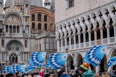As bandeiras cerimoniais no ` s de St Mark esquadram durante a cerimônia de Maria do delle de Festa Carnaval de Veneza, Ital fotografia de stock