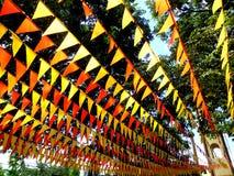 As bandeiras coloridas usadas para a decoração durante uma cidade deleitam-se Imagens de Stock