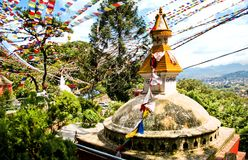 As bandeiras coloridas vibram no vento sobre o stupa antigo em Kathmandu, Nepal Fotografia de Stock Royalty Free