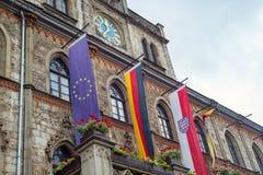 As bandeiras da construção da câmara municipal de Weimar indicam o Thuringia Alemanha do unesco Fotos de Stock