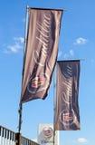 As bandeiras de Cadillac sobre o céu azul Fotos de Stock