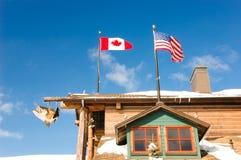 As bandeiras de Canadá e de EUA em uma pesca recorrem Fotos de Stock