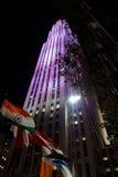 As bandeiras de nações diferentes na frente de Rockefeller centram-se no nig fotos de stock royalty free