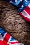 As bandeiras do americano e do Reino Unido no carvalho rústico embarcam Bandeiras do Reino Unido e dos EUA junto diagonalmente Foto de Stock