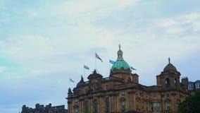 As bandeiras em Lloyds Banking agrupam o palácio vídeos de arquivo