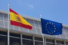 As bandeiras espanholas e europeias que acenam em seus mastros Imagens de Stock