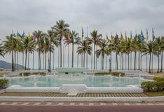 As bandeiras esquadram Praca DAS Bandeiras e 9 de julho Fonte no jardim litoral de Santos Beach - Santos, Sao Paulo, Brasil Imagem de Stock