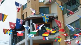 as bandeiras Multi-coloridas de muitos países estão acenando no ar, movimento lento Unificação do conceito de estados diferente video estoque