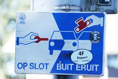 As bandeiras na Holanda, atenção, notam o objeto valioso da licença no carro imagem de stock