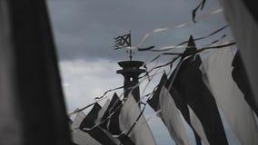 As bandeiras preto e branco balançam no vento no dia de verão Céu de Cloudness antes da chuva pesada Coluna com bandeira video estoque
