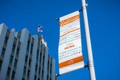As bandeiras que levam o ` da mensagem nós damos boas-vindas a todos ` imagem de stock royalty free