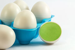 As bandejas do ovo dos brinquedos, egg o azul Os pássaros pequenos nos ovos Foto de Stock Royalty Free