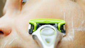 As barbeações do homem novo no banho A câmera é montada em um vídeo do pov da lâmina video estoque