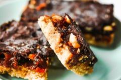 As barras caseiros cruas rir debochadamente, sobremesas saudáveis do vegetariano imagem de stock