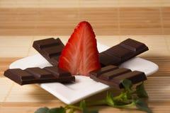 As barras da morango e de chocolate gostam de uma estrela imagens de stock royalty free