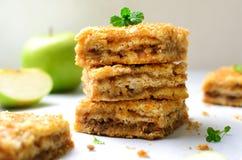 As barras da torta de Apple, desintegram o bolo, sobremesa caseiro fotos de stock royalty free