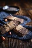 As barras das sementes do chia do chocolate com avelã, rolaram a aveia, as datas, o coco e o mel imagem de stock royalty free