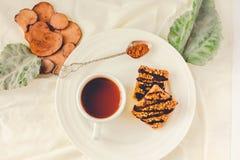 As barras de Granola endurecem, petisco caseiro saudável, barras de Superfood com arando, sementes de abóbora, aveia, Chia e seme imagens de stock royalty free