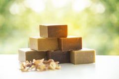 As barras feitos a mão naturais do sabão, a cor orgânica do ouro do sabão dos termas ou o marrom dourado fizeram por natural com  fotografia de stock