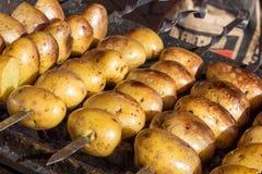 As batatas apetitosas são cozidas em carvões quentes imagem de stock royalty free