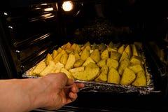 As batatas cortadas cruas antes de cozinhar, casa fizeram batatas fritas do país já para cozinhar imagem de stock royalty free