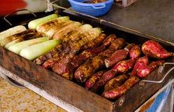 As batatas doces grelhadas e os grãos doces no carvão vegetal grelham Imagens de Stock Royalty Free