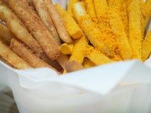 As batatas fritas agrupam no empacotamento de papel facial Fotografia de Stock