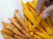 As batatas fritas agrupam no empacotamento de papel facial Fotos de Stock Royalty Free