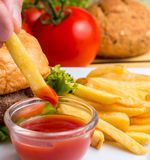 As batatas fritas indicam Chips Ketchup And Fried foto de stock