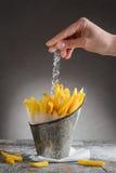 As batatas fritas polvilhadas com o sal em um ferro bucket Fotografia de Stock Royalty Free