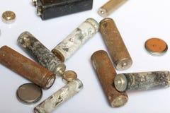 As baterias cumpridas do tamanho diferente coberto com a corrosão recycling imagem de stock royalty free