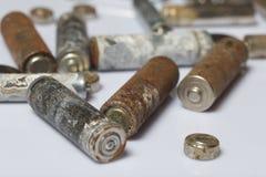 As baterias cumpridas do tamanho diferente coberto com a corrosão recycling imagens de stock royalty free