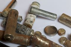 As baterias cumpridas do tamanho diferente coberto com a corrosão recycling fotografia de stock royalty free