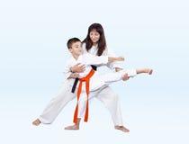 As batidas de Karateka que retrocedem o instrutor corrigem Imagem de Stock Royalty Free