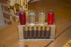 As bebidas alcoólicas em vidros de tiro estão no suporte com o cartr Imagens de Stock Royalty Free