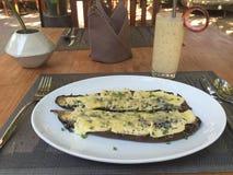 As beringelas cozeram com queijo com suco fresco do fruto do dragão Fotos de Stock