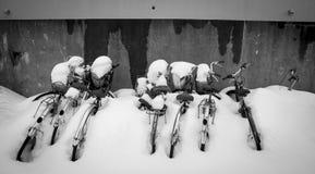 As bicicletas colaram na neve durante o inverno no formato preto e branco Fotografia de Stock