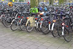 As bicicletas dos estudantes são estacionadas no centro de cidade de Utrecht, Países Baixos Foto de Stock