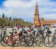 As bicicletas estacionam na plaza espanhola, Sevilha imagens de stock