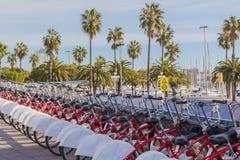 As bicicletas estacionaram em seguido no porto de Barcelona fotografia de stock