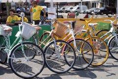 As bicicletas estacionaram na rua durante o verão Fotografia de Stock Royalty Free
