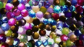 As bolas coloridos decorativas brilham sob a ação da luz vídeos de arquivo